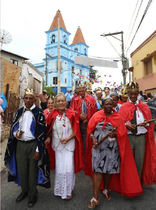 Reis e Rainha da Guardas de Congado  -  Descida da Rua Suzana bairro Rosário Nova Lima - MG  -  Igreja Nossa Senhora do Rosário Mamãe Oxum